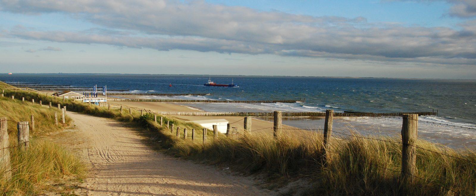 Bekijk ook eens het prachtige Zeeland! Boot die vaart op het water, Reiseditie zonsondergang strand