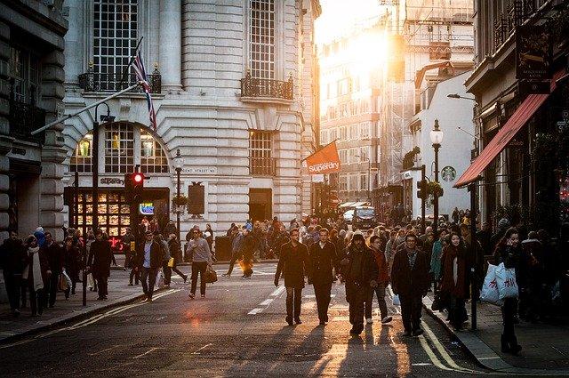 Stad drukke straat met mensen