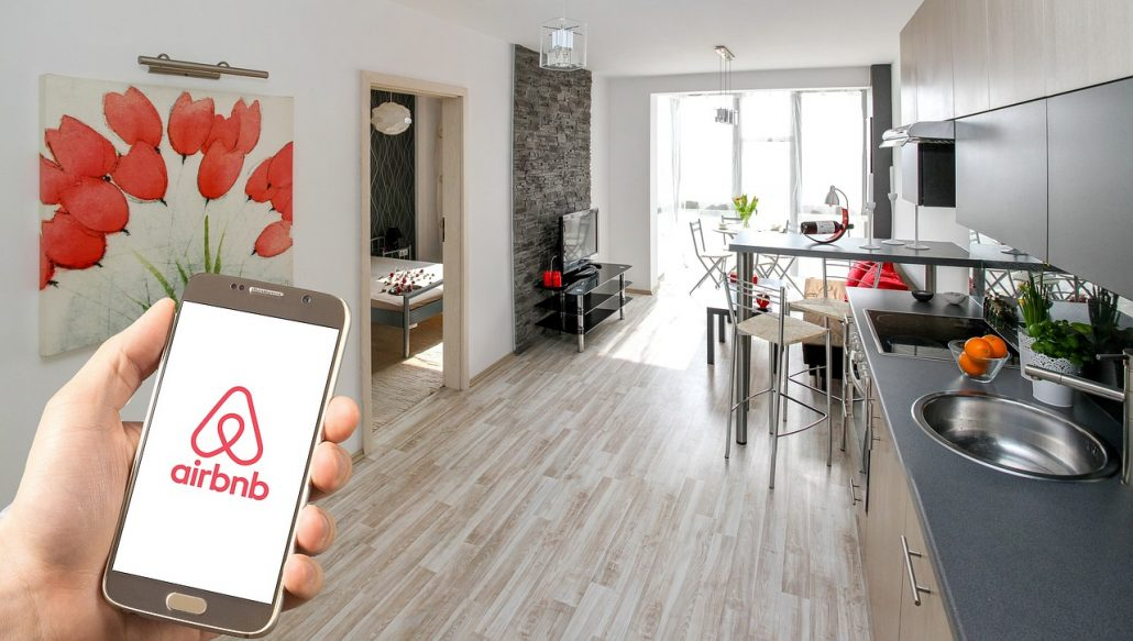 Foto van woonkamer keuken airbnb en logo airbnb