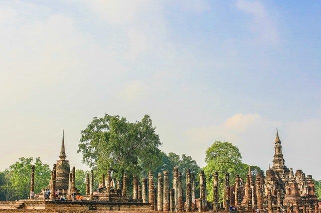 Backpacken in Azie thailand foto van ruine monument en bomen