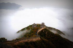 Backpacken in Azie Chinese muur uitzicht met wolken mist