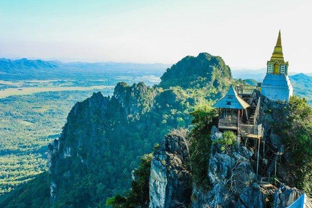 Backpacken in Thailand en Azie uitzicht toren en bergen