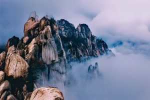 Zuid-korea-bergen-mist-sneeuw